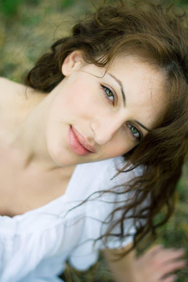 Verticale extérieure de beau femme dans le domaine photographie stock libre de droits