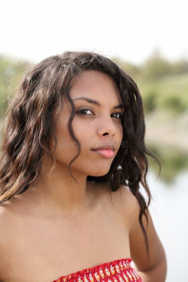 Verticale extérieure de fille de l'adolescence ethnique mélangée attirante image libre de droits