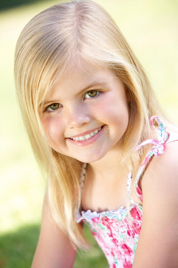 Verticale extérieure de jeune fille de sourire images stock