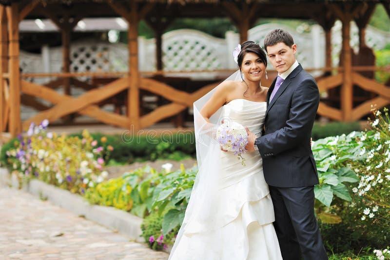 Verticale extérieure de mariée et de marié image libre de droits