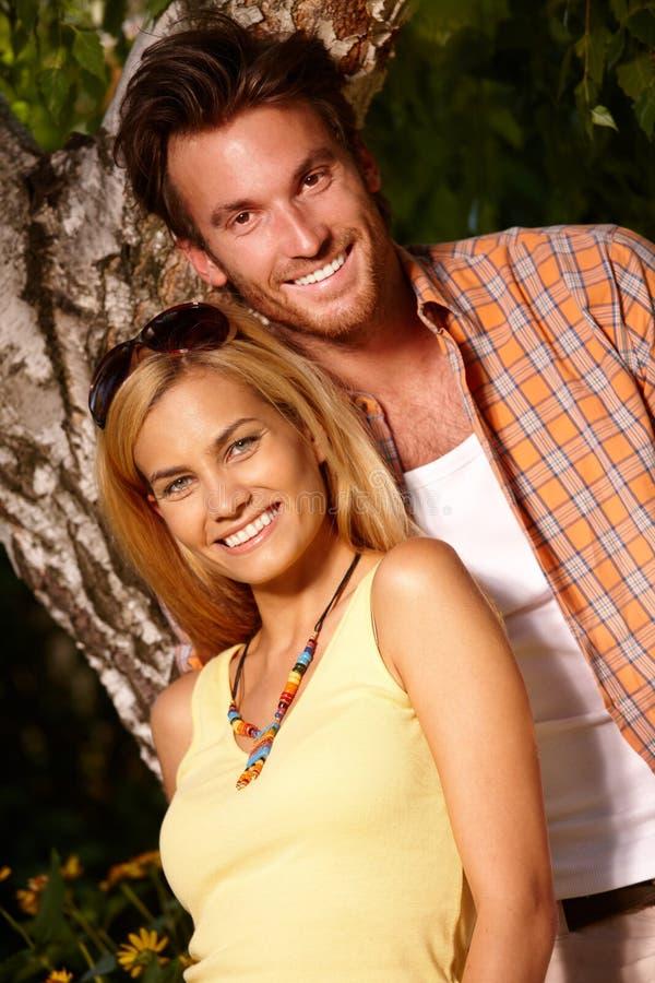 Verticale extérieure des couples affectueux heureux images libres de droits