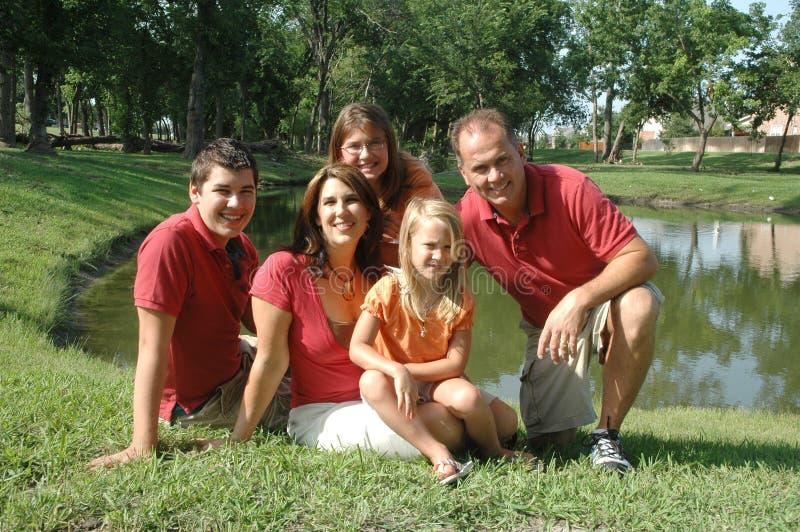 Verticale - famille de cinq heureuse image stock