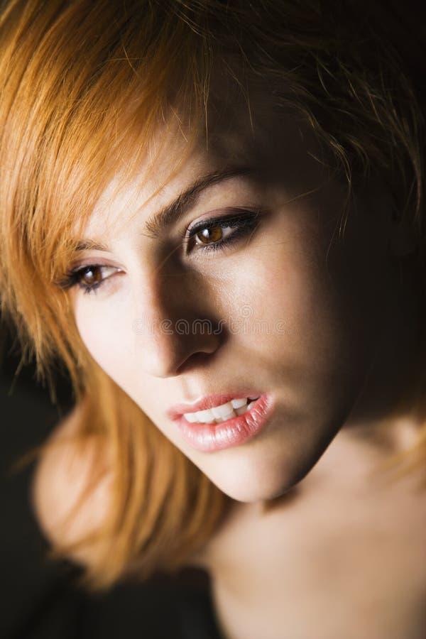 Verticale femelle sérieuse photo libre de droits