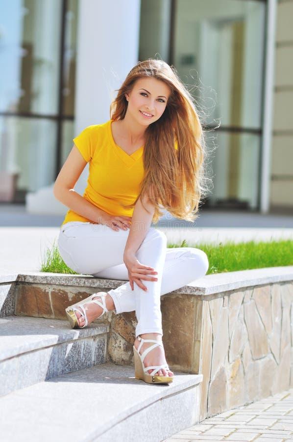 Verticale femme de sourire de jeunes de belle image libre de droits