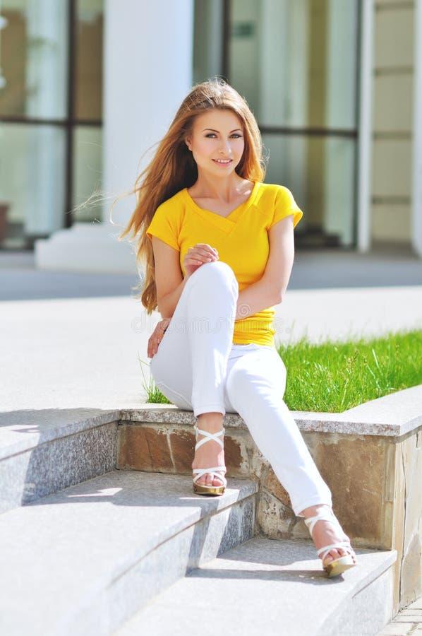 Verticale femme de sourire de jeunes de belle images stock