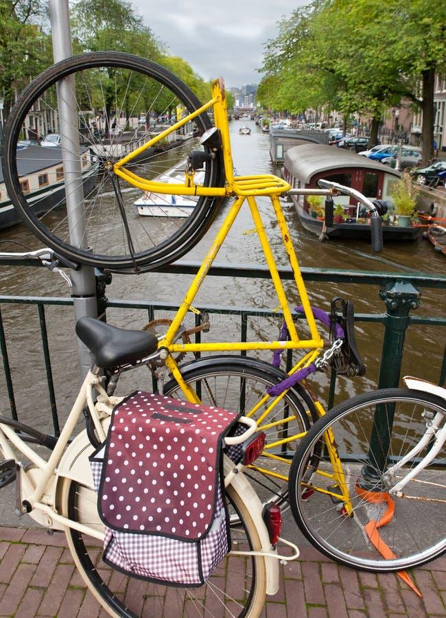 Download Verticale Fiets Op Kanaalbrug Stock Afbeelding - Afbeelding bestaande uit water, houseboat: 29513735