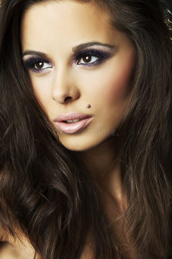 verticale foncée de fille de brunette de fond sexy image libre de droits