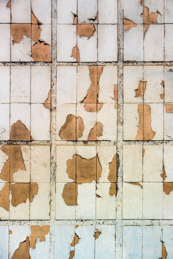 Verticale foto gele tegels op de muur met uitgeputte wegens weer en tijdverf stock foto