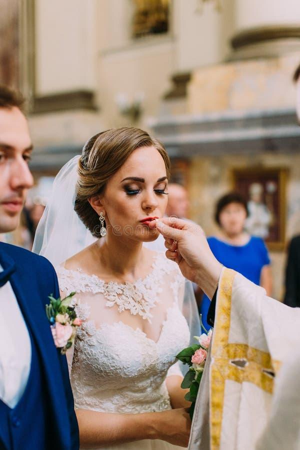Verticale foto van de bruid die de trouwring kussen royalty-vrije stock afbeelding
