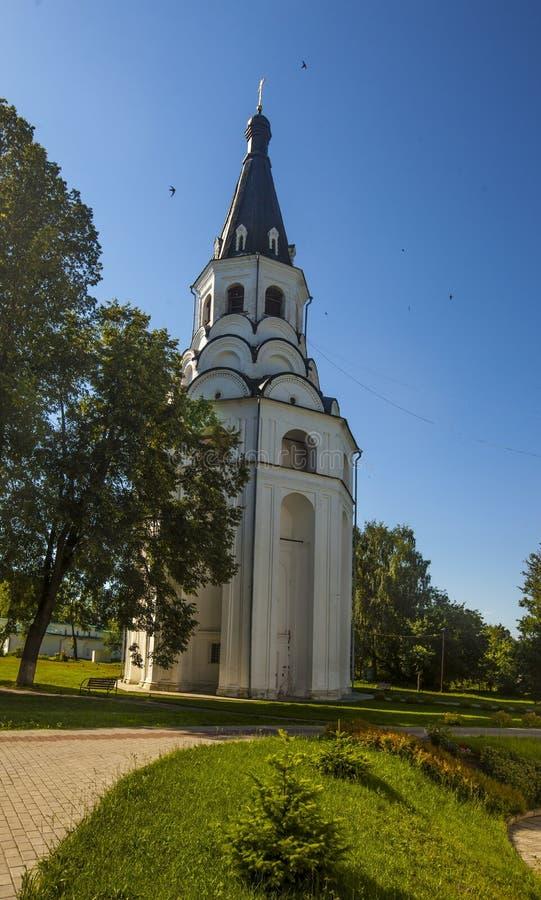 Verticale foto van een kleine kerk met een blauwe koepel in Alexandrov, Rusland stock fotografie