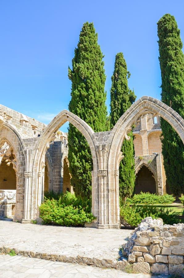 Verticale fotografie van de binnenbinnenplaats met typische bogen in Bellapais-Abdij in Turks Noordelijk Cyprus Historisch stock foto