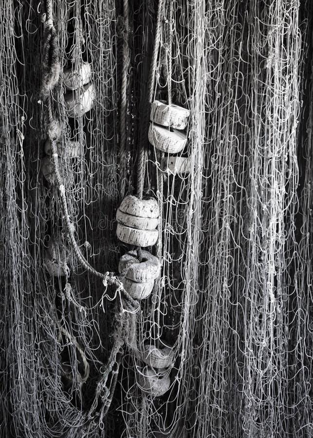 Verticale hangende visnetten met cork vlotters stock afbeeldingen