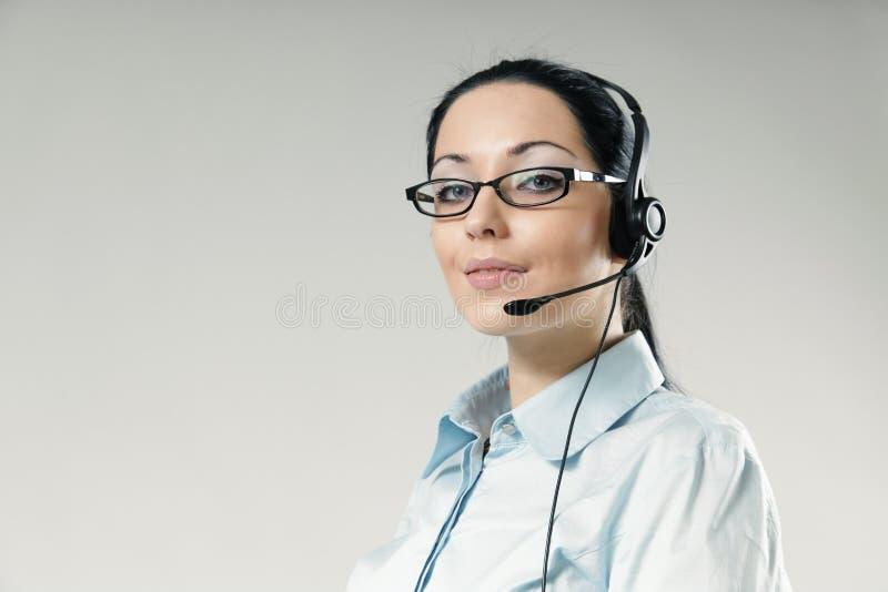 Verticale hautaine de sourire sexy d'opérateur de centre d'attention téléphonique photos libres de droits