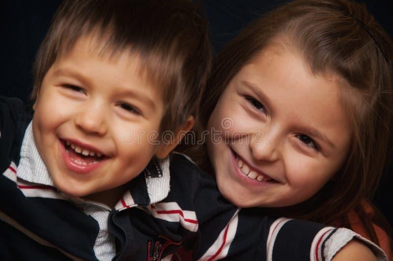 Verticale heureuse d'enfants de mêmes parents photographie stock libre de droits