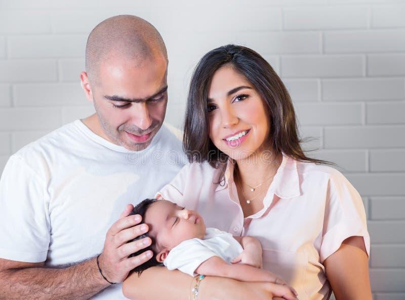 Verticale heureuse de famille photos stock