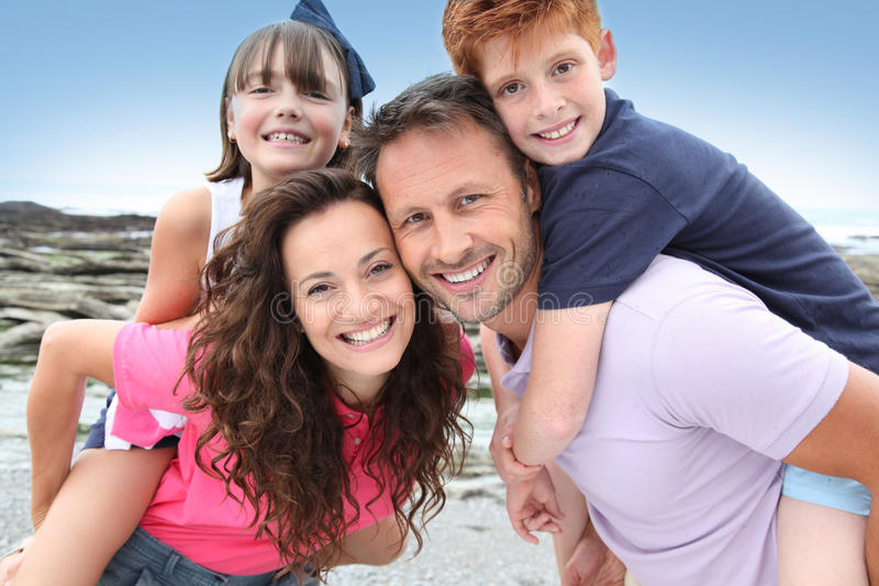 Verticale heureuse de famille en été photographie stock libre de droits