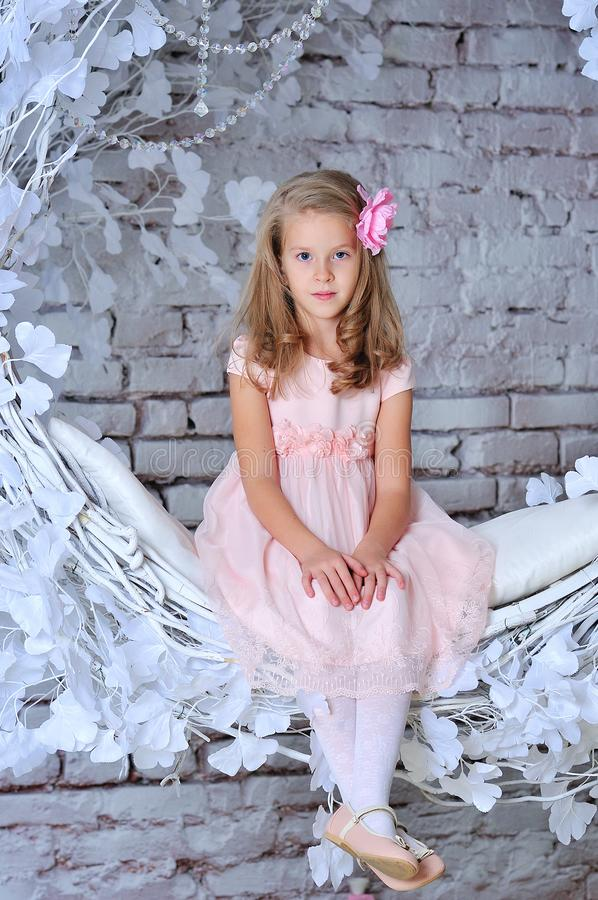Verticale heureuse de petite fille photographie stock