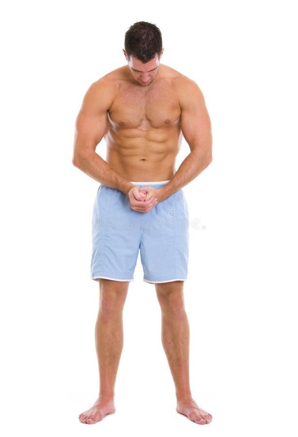 Verticale intégrale de sportif affichant des muscles photographie stock
