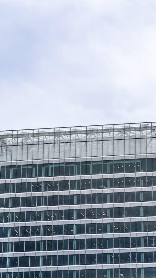 Verticale kader Buitenmening van een gebouw met modern architectuurontwerp tegen bewolkte hemel royalty-vrije stock fotografie