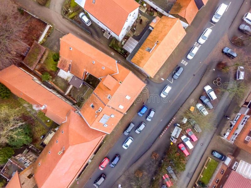 Verticale luchtfoto van de hoofdstraat in een voorstad met terrasvormige huizen en vele auto's royalty-vrije stock foto's