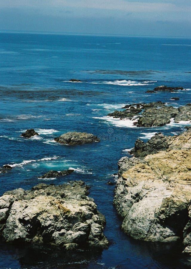 Verticale mening van de ruwe kustlijn van Grote Sur, Californië stock foto's