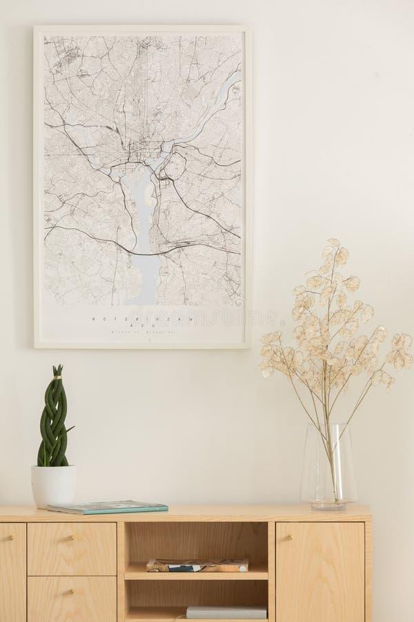 Verticale mening van kaart, bloem in een glasvaas en groene installatie in witte pot op houten plank stock fotografie