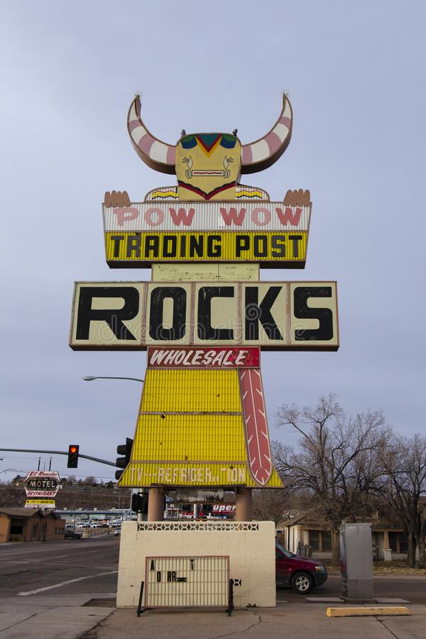 Verticale mening van Pow die wauw Post uitstekend teken uitwisselen bij 752 Navajo Blvd in Holbrook van de binnenstad stock afbeeldingen