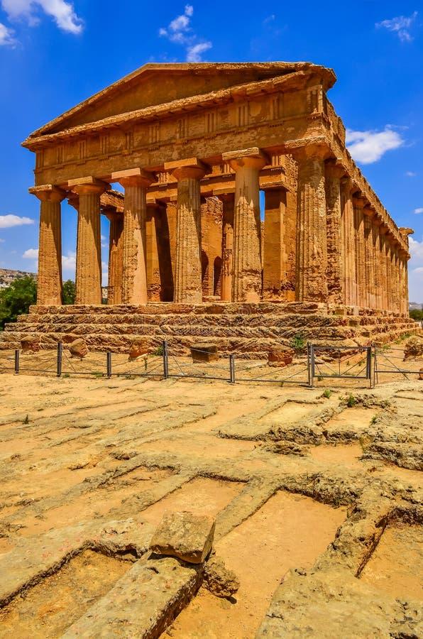 Verticale mening van ruïnes van oude tempel in Agrigento, Sicilië royalty-vrije stock fotografie