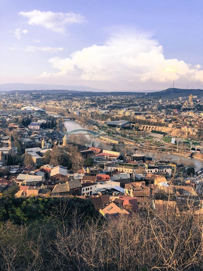 Verticale mening vanaf de bovenkant van een hoogte een mooie toeristenstad met gebouwen en huizen, daken van bomen en installatie royalty-vrije stock afbeelding