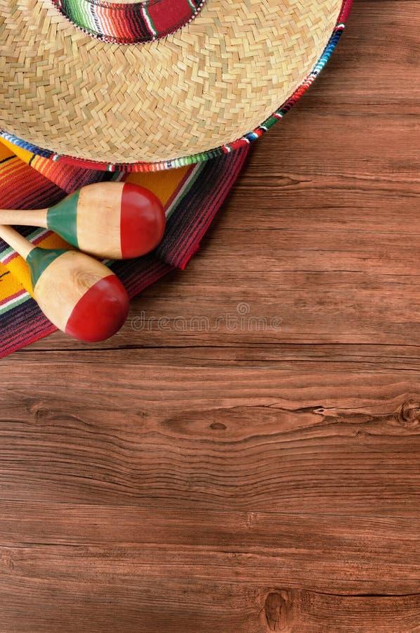 Verticale messicano del sombrero del fondo di legno del de Mayo di cinco del Messico immagine stock libera da diritti