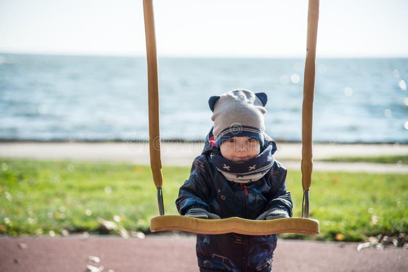 Verticale mignonne d'enfant image libre de droits