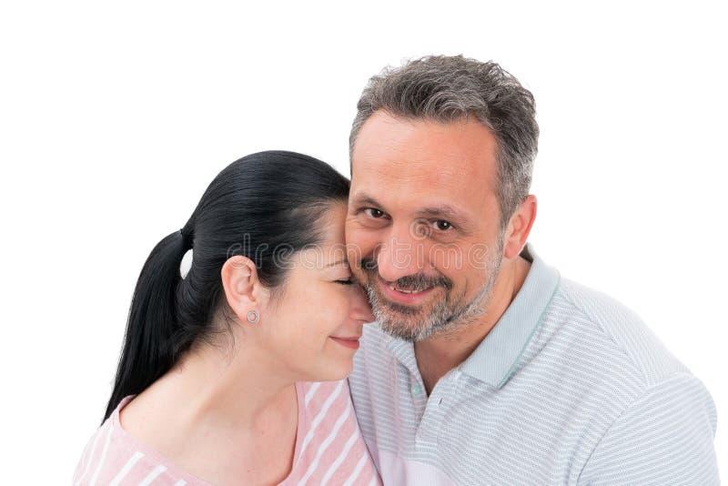Verticale mignonne de couples photographie stock libre de droits