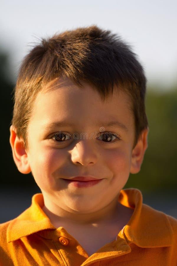 Verticale mignonne de garçon image libre de droits