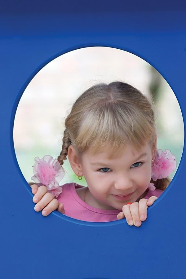 Verticale mignonne de petite fille. photo libre de droits