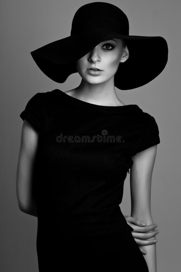 Verticale noire et blanche de femme élégant photos libres de droits