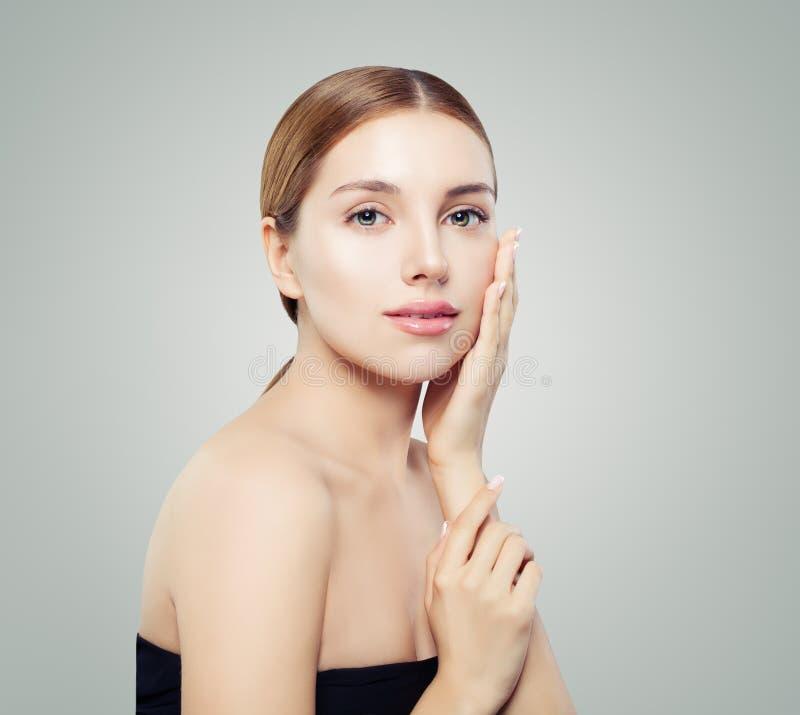 Verticale normale de beauté Jeune visage modèle de femme Fille de sourire avec la peau saine images libres de droits