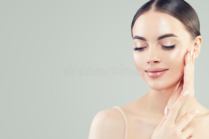 Verticale normale de beaut? Jeune belle femme modèle avec la peau claire Soins de la peau et concept facial de traitement image libre de droits
