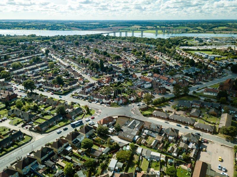 Verticale panoramische luchtmening van huizen in de voorsteden in Ipswich, het UK Orwellbrug en rivier op de achtergrond royalty-vrije stock afbeelding