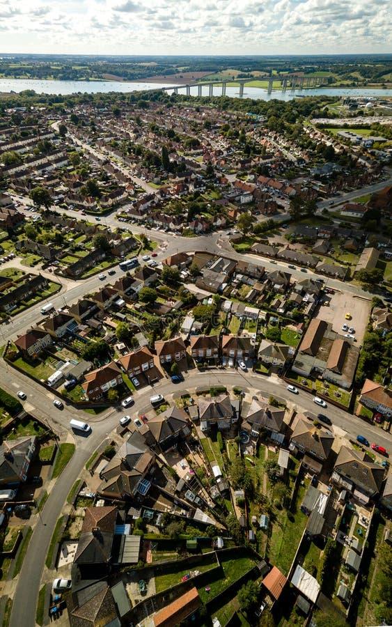 Verticale panoramische luchtmening van huizen in de voorsteden in Ipswich, het UK Orwellbrug en rivier op de achtergrond stock foto's