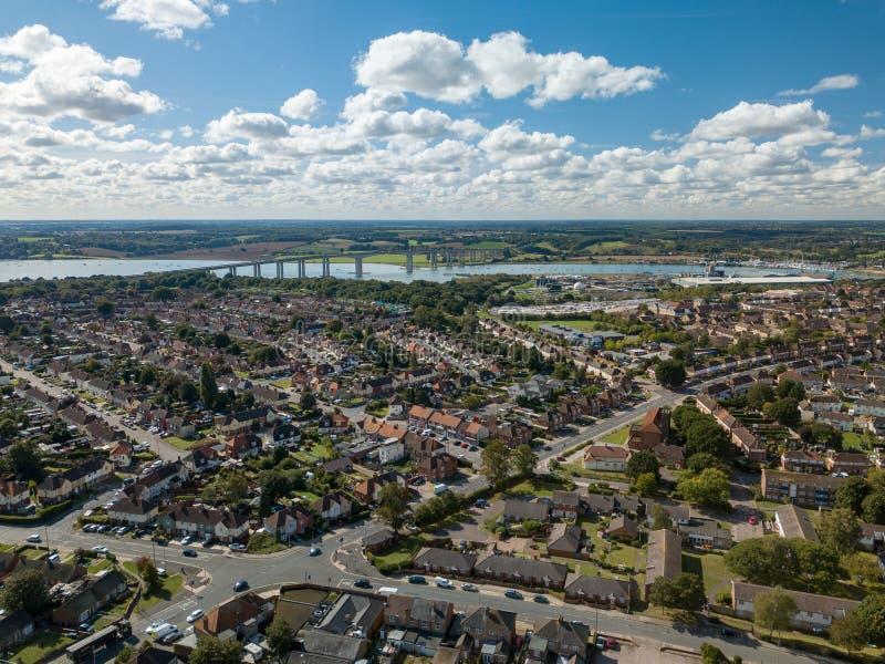 Verticale panoramische luchtmening van huizen in de voorsteden in Ipswich, het UK Orwellbrug en rivier op de achtergrond royalty-vrije stock foto's