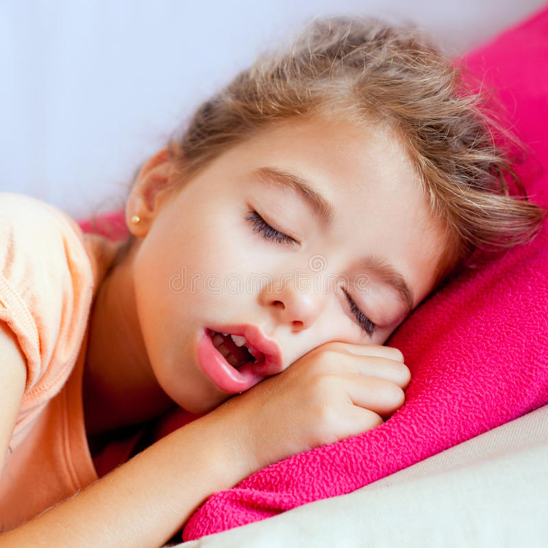 Verticale profonde de plan rapproché de fille d'enfants de sommeil image stock