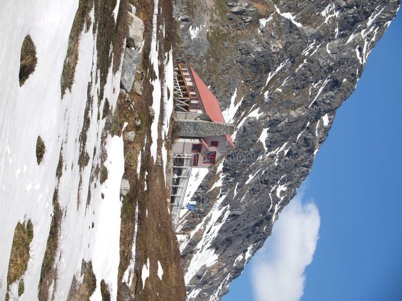 verticale reculée de montagne à la maison photographie stock libre de droits