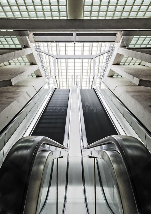 Verticale roltrappen bij het Liège-station royalty-vrije stock foto