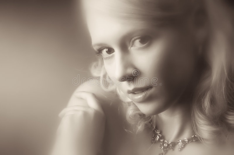 Verticale romantique de jeune femme image stock