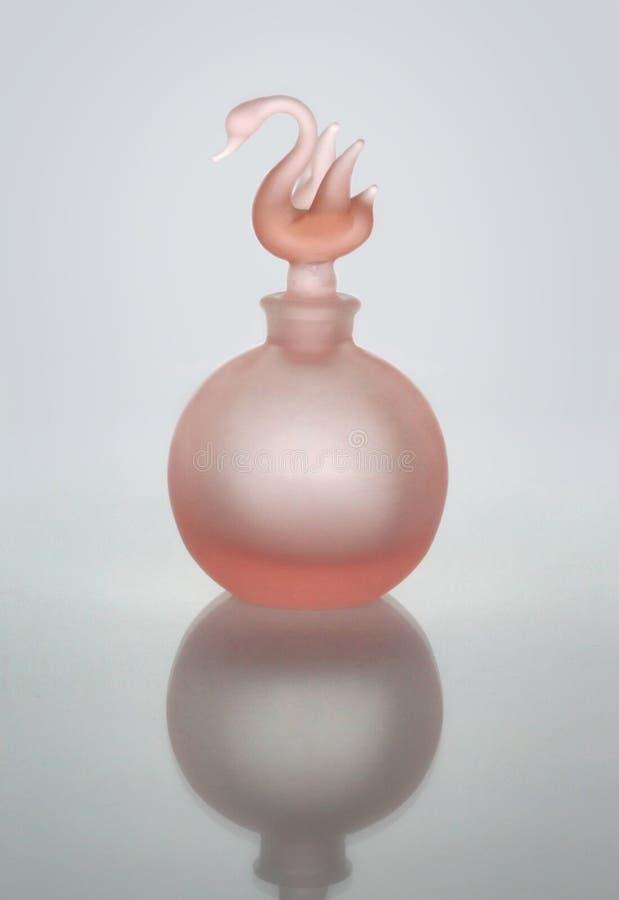 Verticale rose de bouteille de parfum image stock