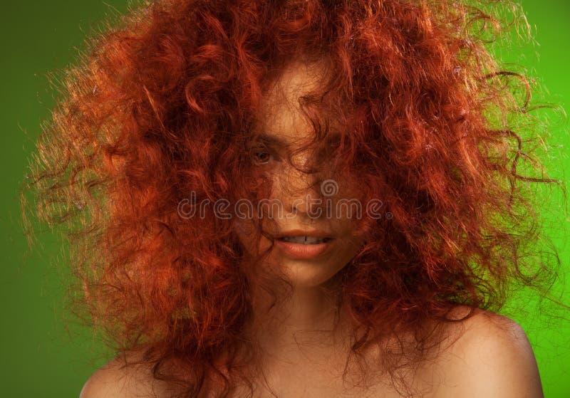 Verticale rouge de beauté de femme de cheveu bouclé photographie stock