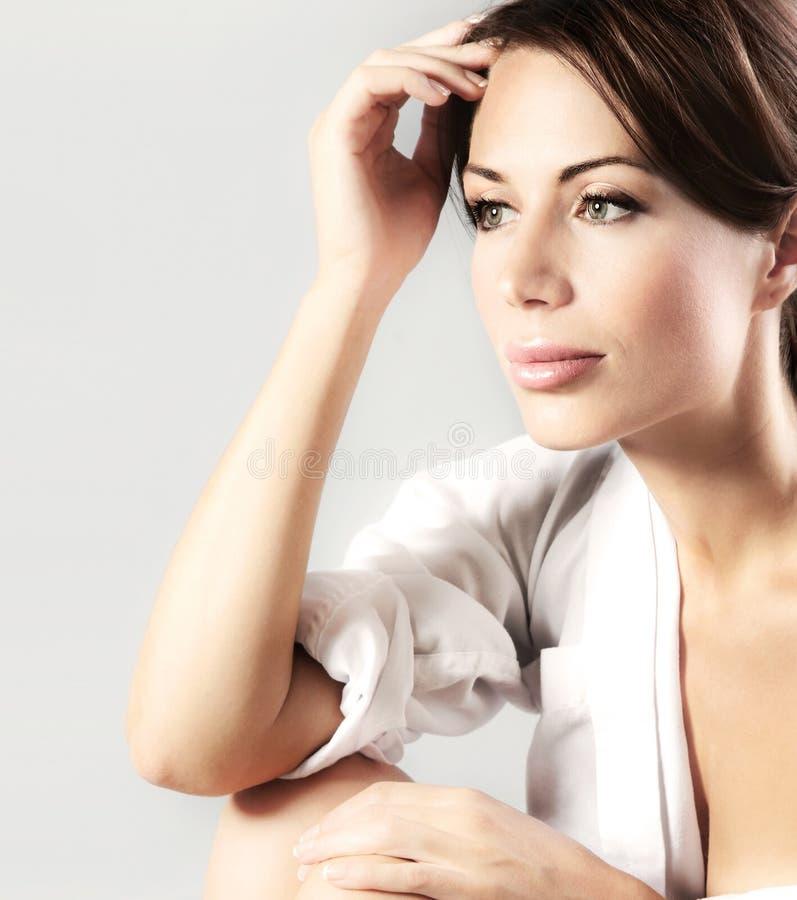 Verticale sensuelle de plan rapproché de belle jeune femelle images stock