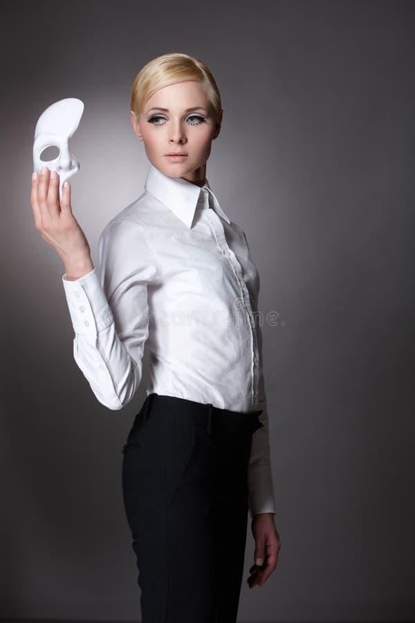 Verticale simple d'une fille avec un masque images stock