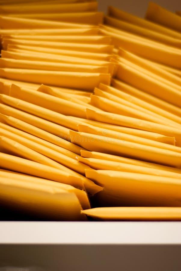 Verticale Stapel van Opgevulde Verschepende Enveloppen stock fotografie