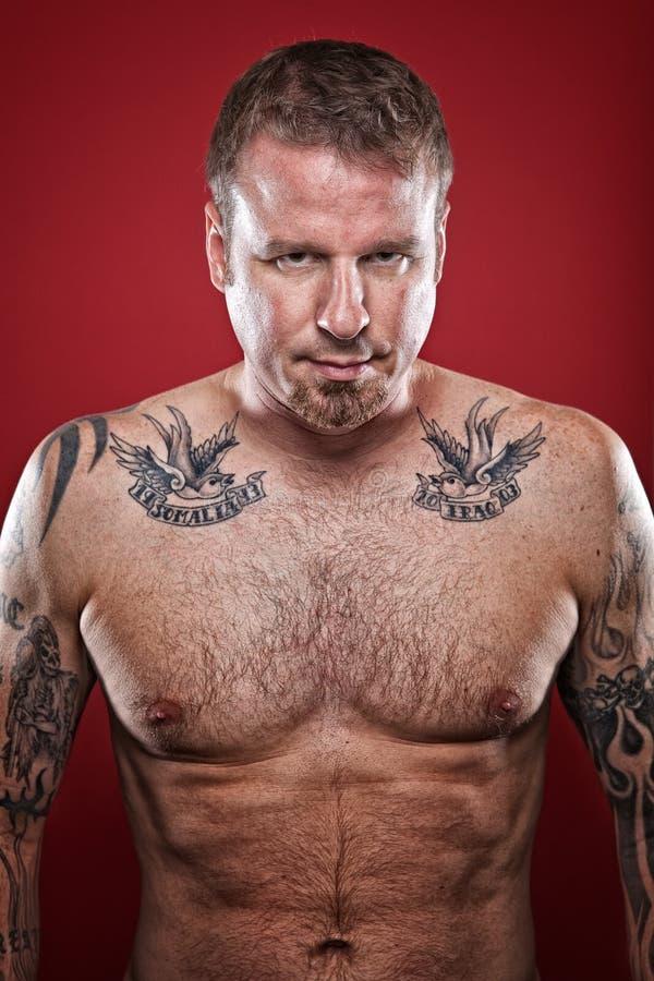 Verticale tatouée d'homme photographie stock